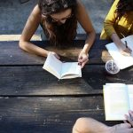 vrouwen doen taalstudie