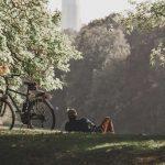 man met fiets rust uit in het gras